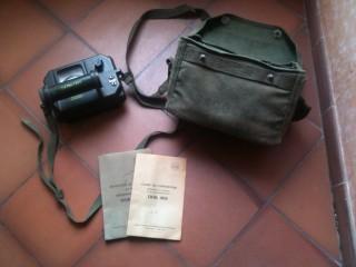 Détecteur radioactivité militaire DOK 402 dans sa housse avec ses documents